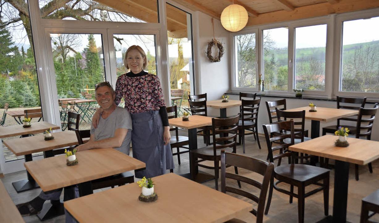 Die Gäste können kommen: Rainer und Ha...ldberg das Café am Paradies eröffnet.   | Foto: Sigrid Umiger