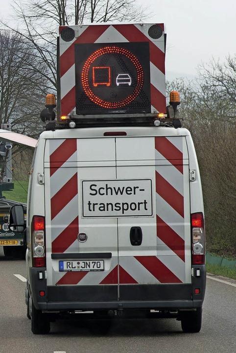 Welche Lkw soll dieses lange Gefährt eigentlich überholen?  | Foto: Olaf Michel