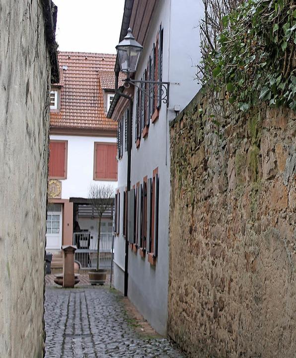 Die historische Steinmauer (rechts) am... wird in der kommenden Woche saniert.   | Foto: Stadt Ettenheim