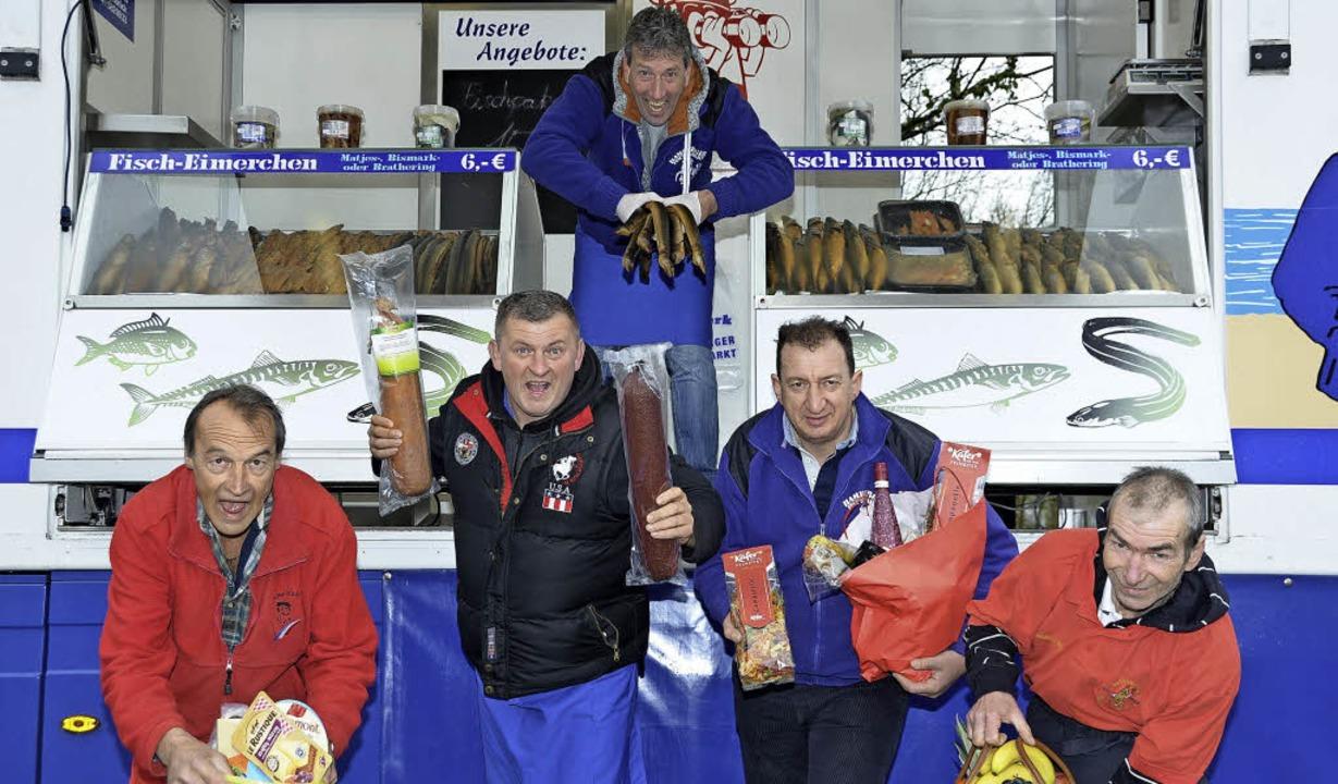 Die Marktschreier sorgen noch bis eins... dem Hamburger Fischmarkt in Breisach.  | Foto: Joshua Kocher