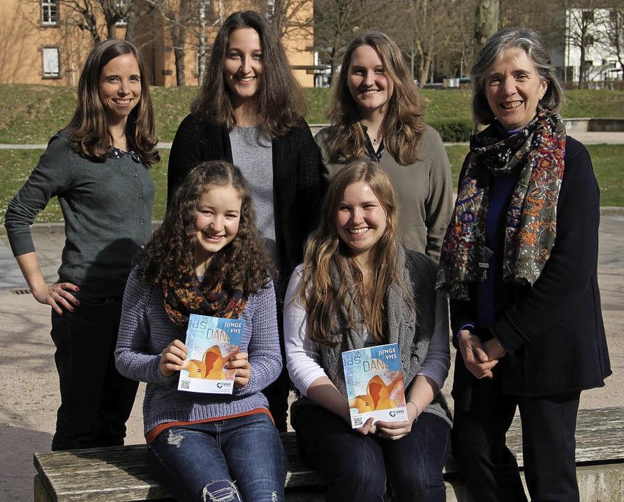 Elisabeth M. Asche, die  Leiterin der ...links)  Annabelle Fuchs und Lea Wehler  | Foto: judith Reinbold