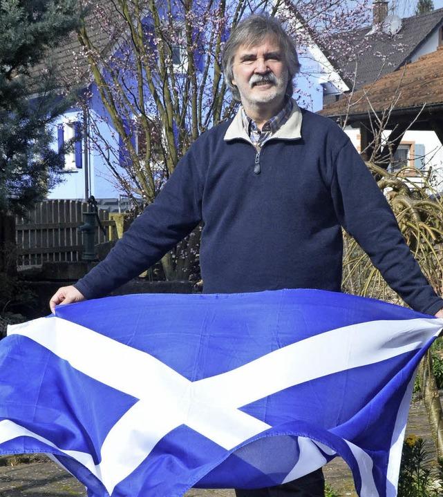 Udo Seiwert-Fauti mit der Schottlandfl...ber, hängt er sie immer auf, sagt er.   | Foto: Ulrike Derndinger