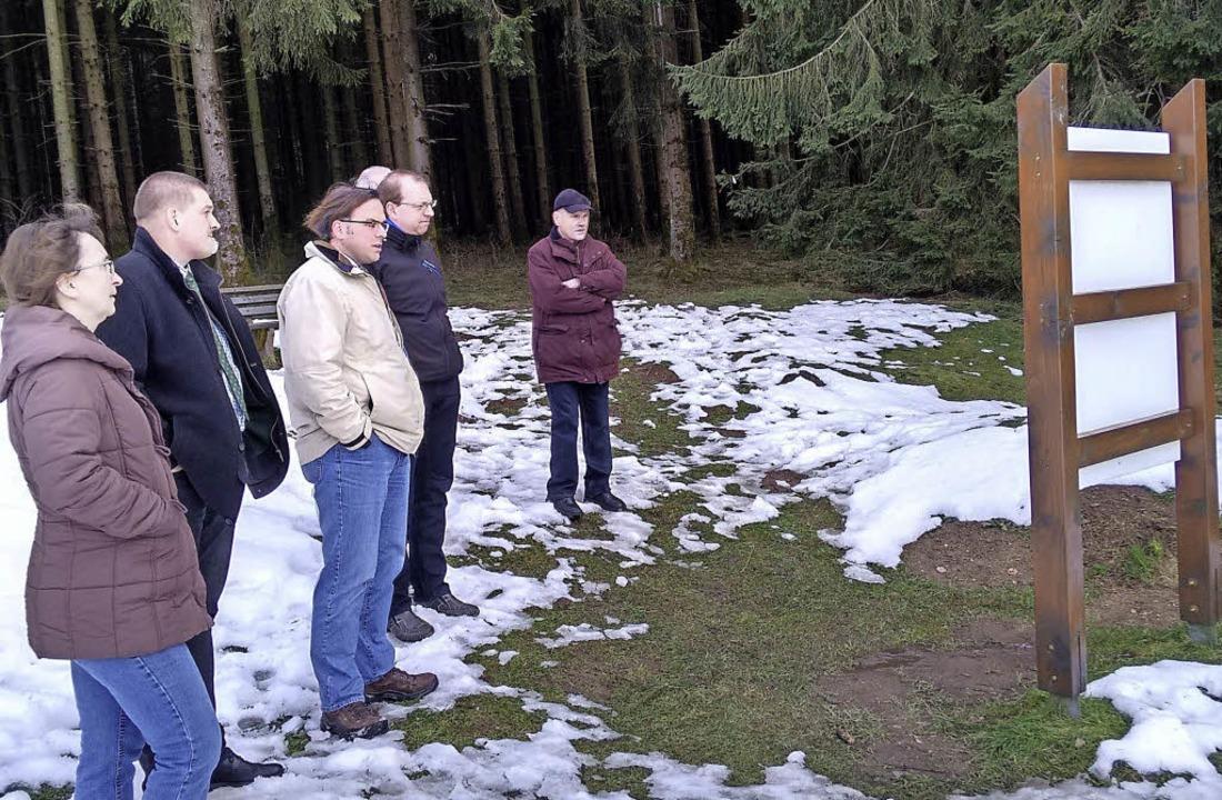 Die Wellheimer besuchten mit Bürgermei...ert (3. v. links) die Schutterquelle.     Foto: Gemeinde