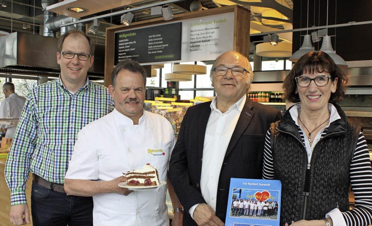 Schnappschüsse aus 38 Jahren: Ein Foto...n und Amadeus Heitzmann (von rechts).   | Foto: Barbara Schmidt
