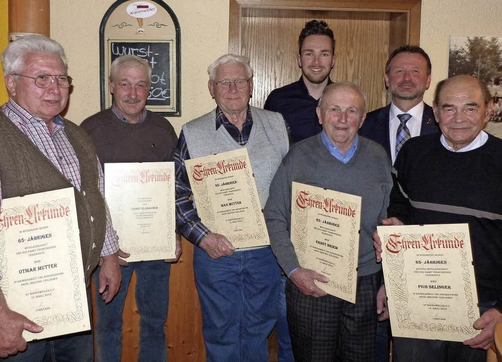 Für langjährige Vereinszugehörigkeit e...) treue Mitglieder des SV Wasenweiler.  | Foto: Christine Weirich
