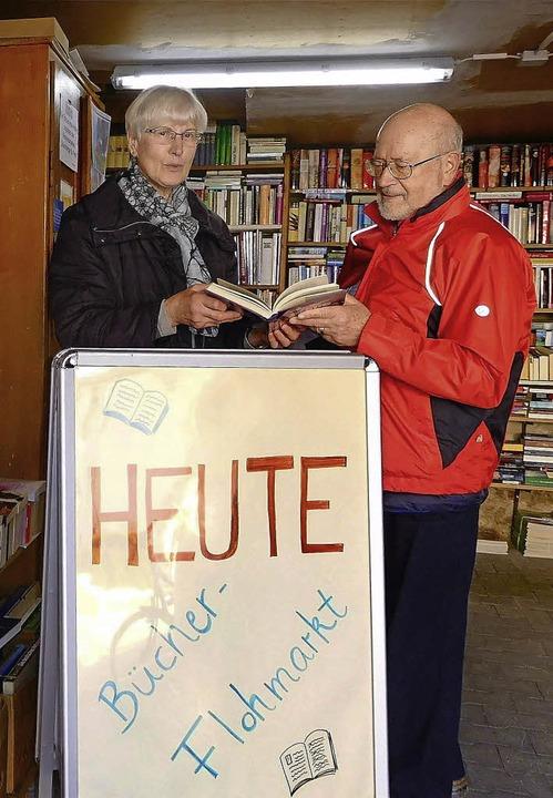 Margarete Ebner und Michael Huber verkaufen Bücher für den guten Zweck.   | Foto: Richard Kaiser