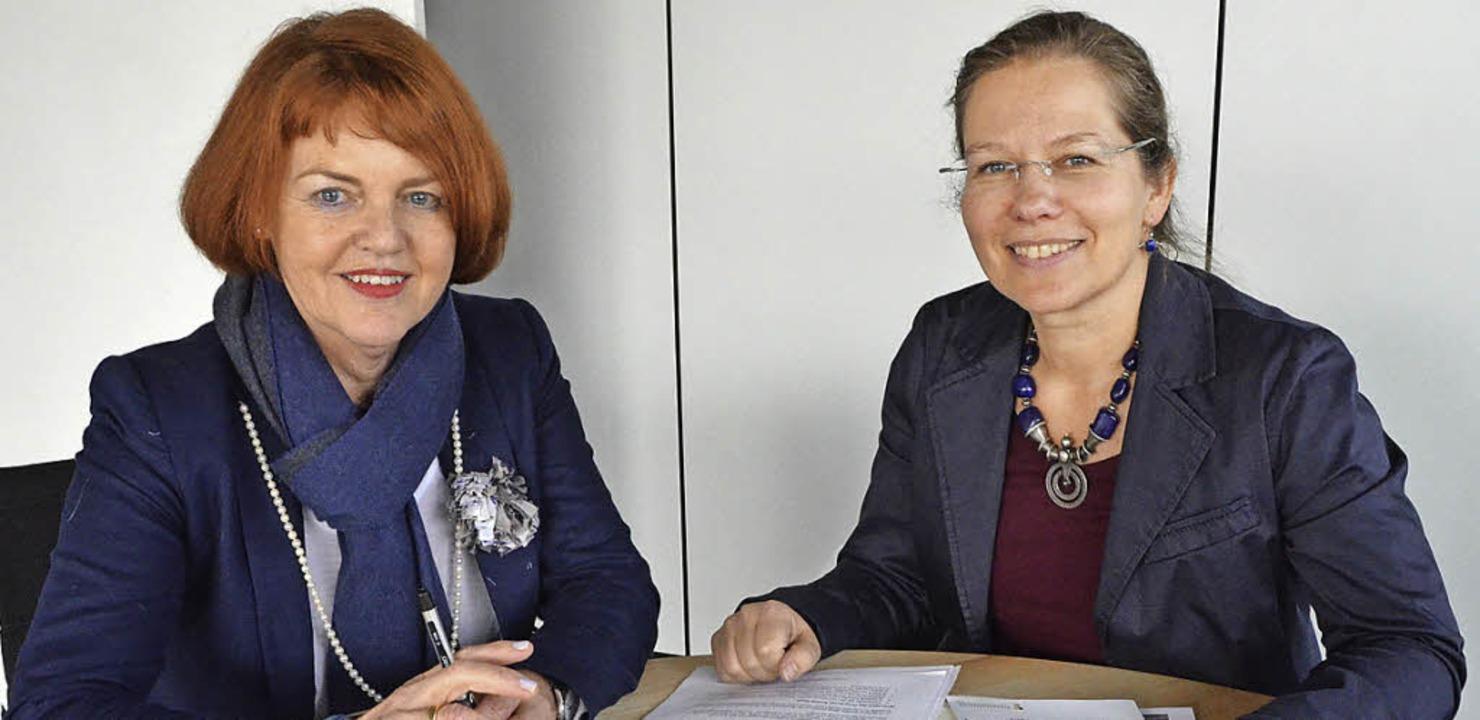 Bürgermeisterin Diana Stöcker (rechts)...Senioren) sehen eine gute Entwicklung.  | Foto: Ingrid Böhm-Jacob