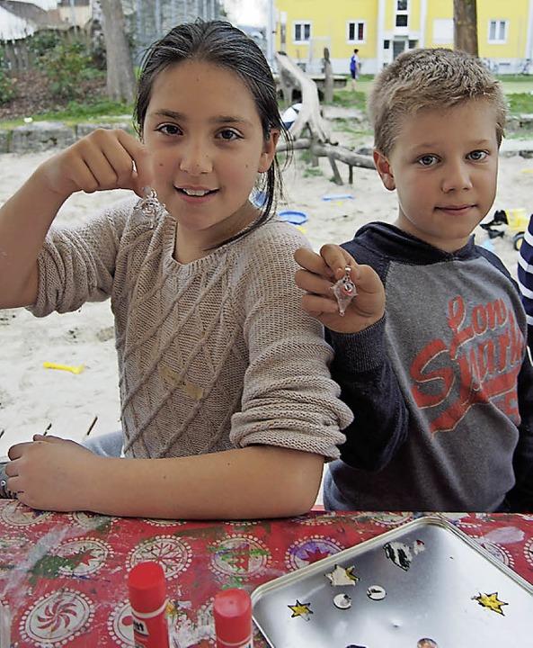 Duygu und Jannik zeigen stolz ihre Glasfiguren.  | Foto: Katharina Schiller