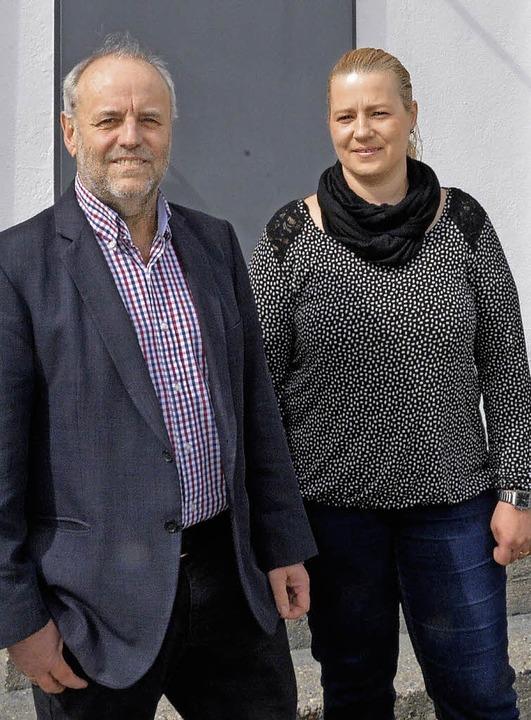 Die neue Pächterin der FSV-Gaststätte ...itzenden Rainer Lüber vor dem Klubheim    Foto: Heinz Vollmar