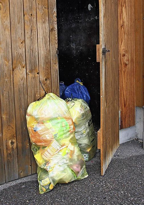 Die gelben Säcke  lassen sich leicht aus dem Verschlag holen.    Foto: Marlies Jung-Knoblich