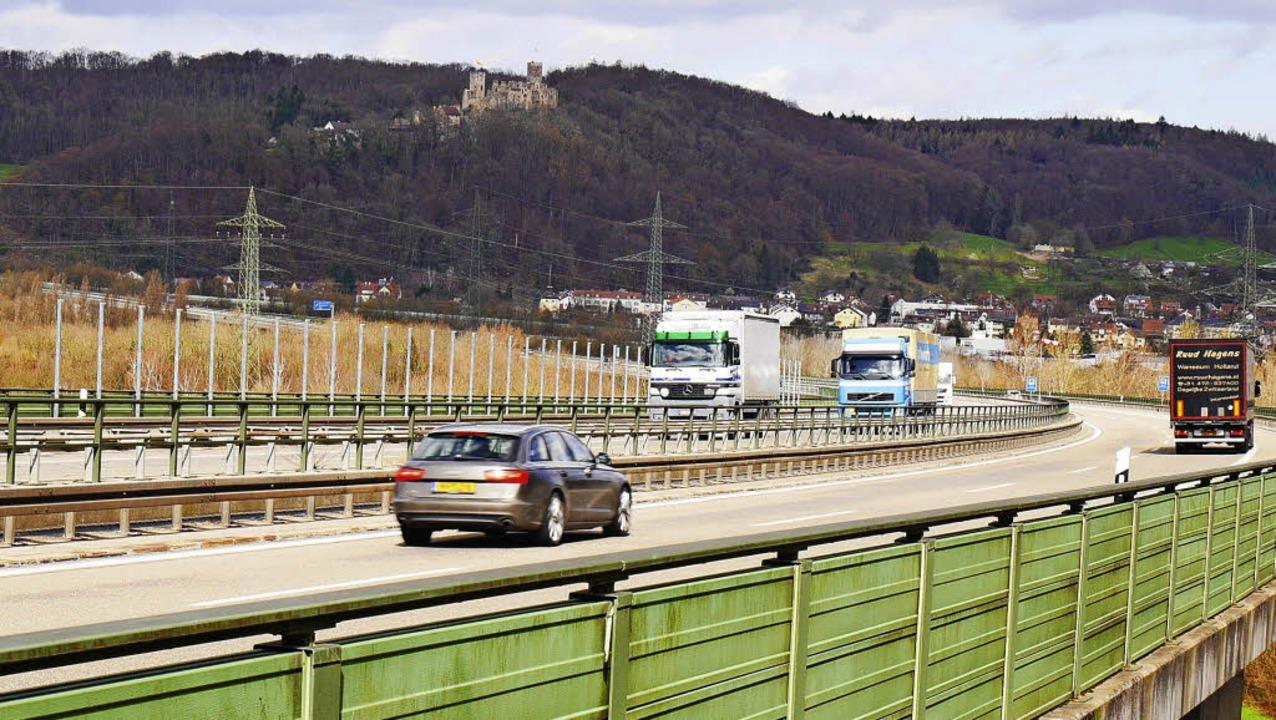 Stäbe auf dem Lärmschutz an der A 98 im Wiesental: Vorarbeiten für ein Gitter.     Foto: Nikolaus Trenz