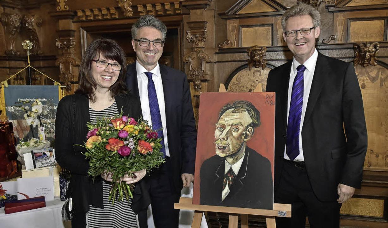 """Ulrich von Kirchbach (rechts) mit sein...e """"Das Bildnis Max John"""".     Foto: Thomas Kunz"""