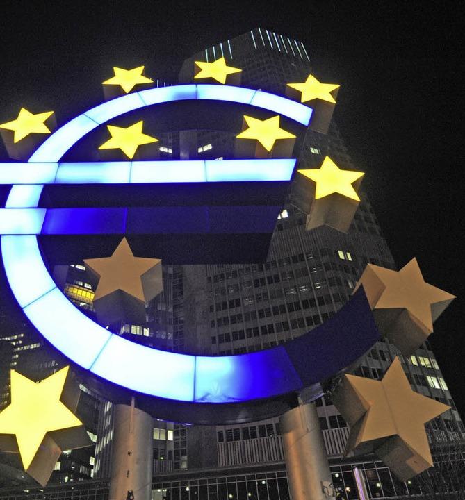 Defekte Sterne am Eurozeichen vor der EZB im Jahr 2010  | Foto: dpa