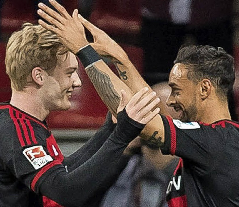 Torschütze Julian Brandt (li.) freut s...kusener Teamkollegen Karim Bellarabi.   | Foto: dpa