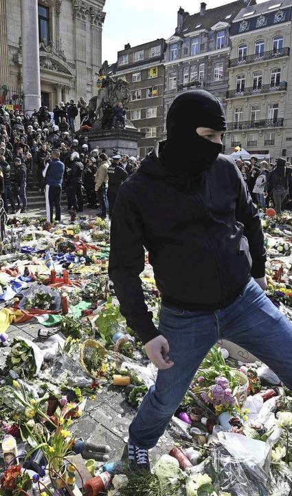 Bizarrer Auftritt: Hooligans stören ei...altung für die Terroropfer in Brüssel.    Foto: dpa