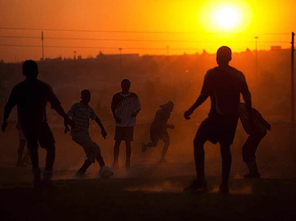 Kids beim Fußball spielen im Staub von Diepsloot  | Foto: YASUYOSHI CHIBA