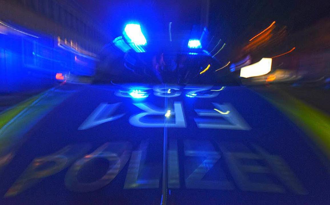 Nachdem sich die beiden Wagen überschlagen hatten, rückte sofort die Polizei an.    Foto: dpa