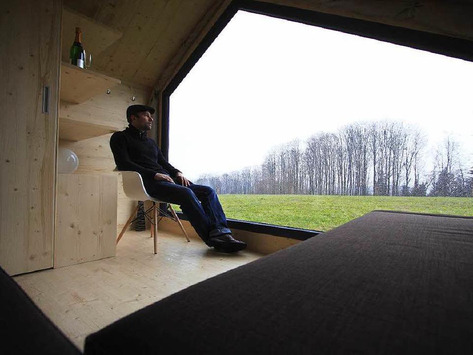 Viel Glas, viel Holz: Architekt Patrik...20; – also seinem Zelt aus Holz.    Foto: Patrik Müller