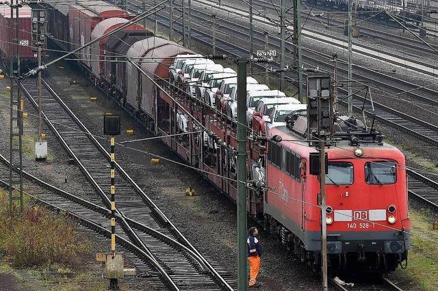 Zug rammt Lastwagen am Bahnübergang