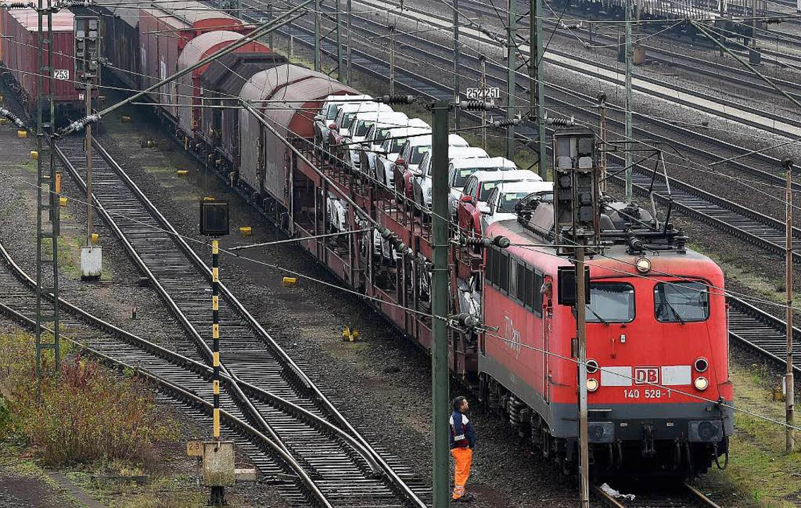 Ein Güterzug wie dieser ist bei Iffezh...rer leitet sofort die Notbremsung ein.  | Foto: dpa
