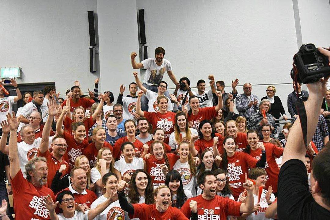 Nach dem Spiel: OVC-Meisterjubel – von Fans und Spielerinnen    Foto: S. Köhli