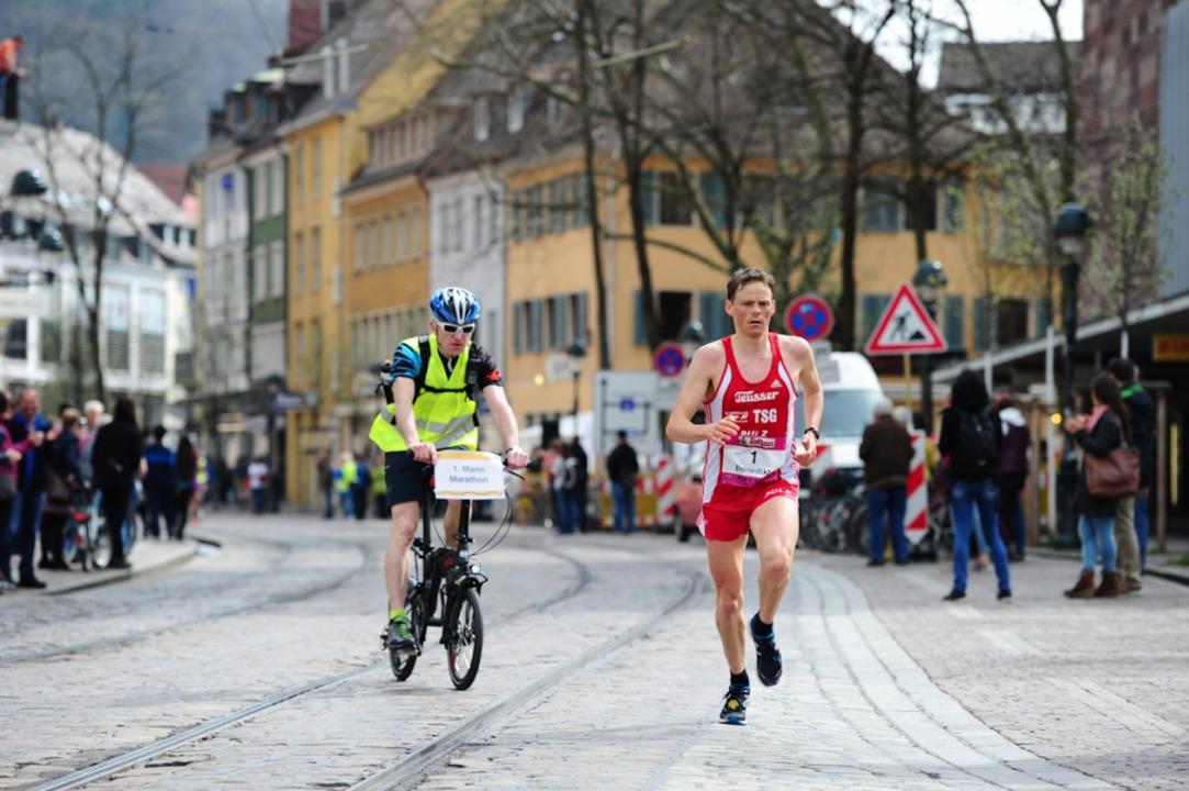 Der Sieger und Rekordbrecher des 13. Freiburg-Marathons, Benedikt Hoffmann  | Foto: Miroslav Dakov