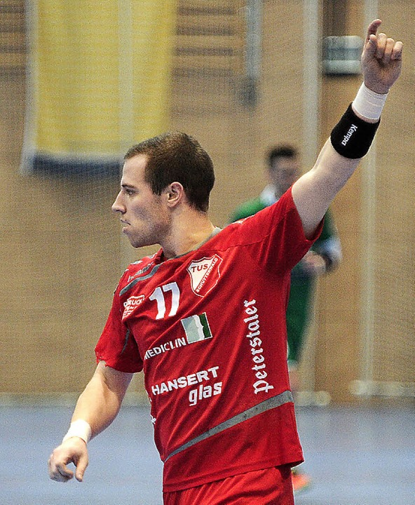 TuS-Spieler David Körkel hält den Tite...r entschieden zugunsten  des Rivalen.   | Foto:  Schaller