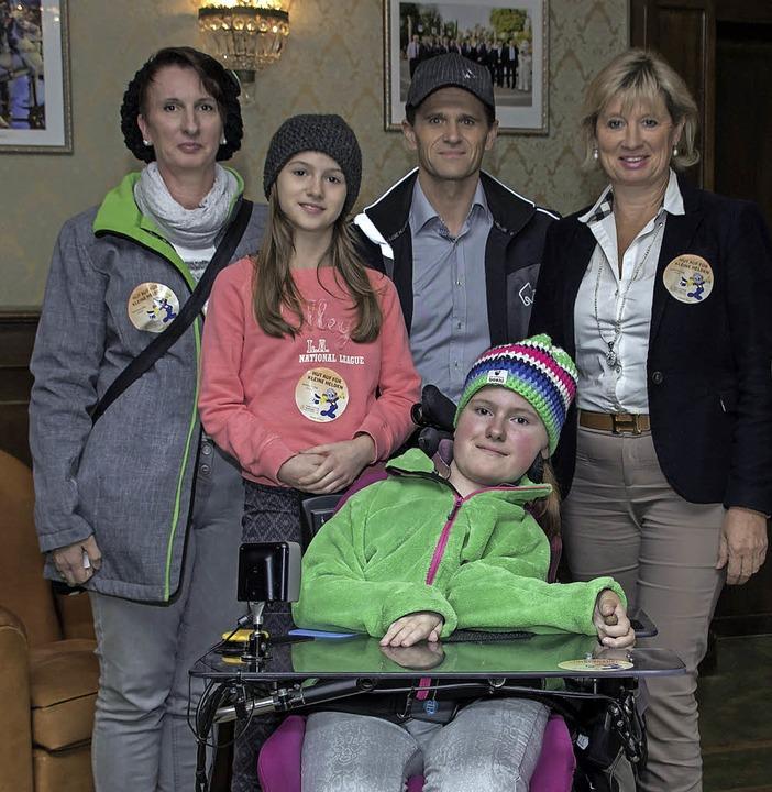 Beeindruckende Begegnung: Sina Wolf und ihre Familie mit Mauritia Mack (rechts)    Foto: Bernhard Rein