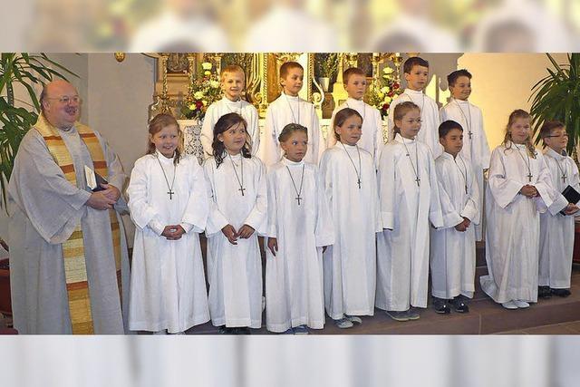 Vierzehn Kinder am Altar in Ewattingen