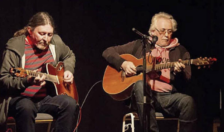 Steve Payne und Paul Hobday erwiesen s...fingerpickende Bühnenhasen aus Wales.   | Foto: Veronique Baumer