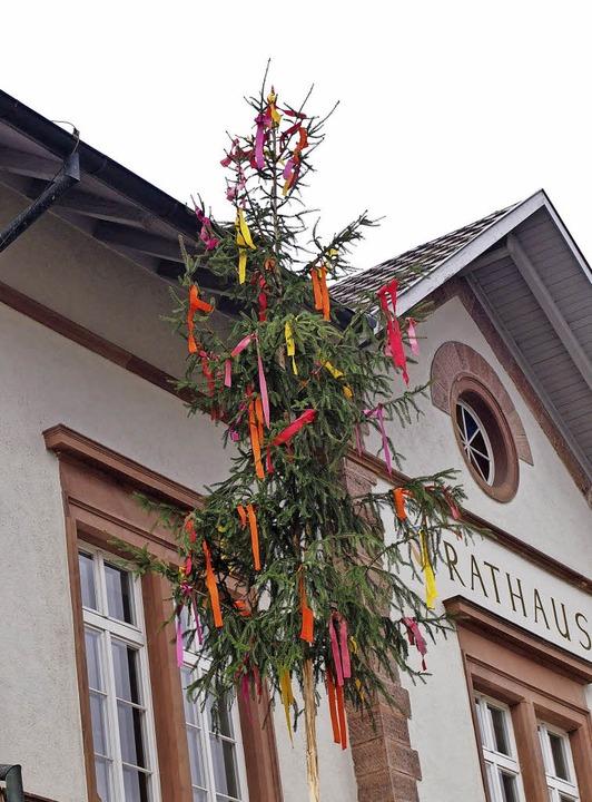 Einen Bürgermeisterbaum haben Dieter T...or dem Hägelberger Rathaus aufgebaut.   | Foto: Gabriele Poppen