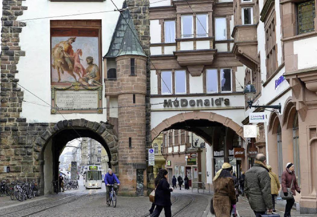 So würde das Martinstor mit dem Heiligenbild nach Gösers Entwurf aussehen.   | Foto:  Ingo Schneider/Montage: BZ