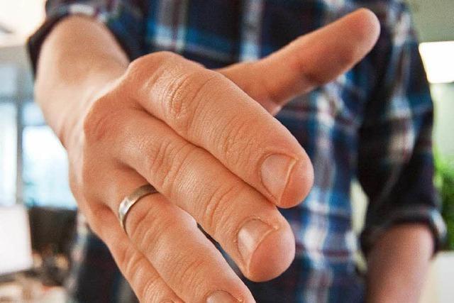Zwei Muslime wollen der Lehrerin die Hand nicht geben