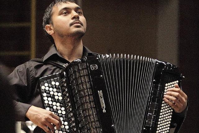 Klassische Stücke spielt Aleksander Aleksandrovic auf dem Akkordeon