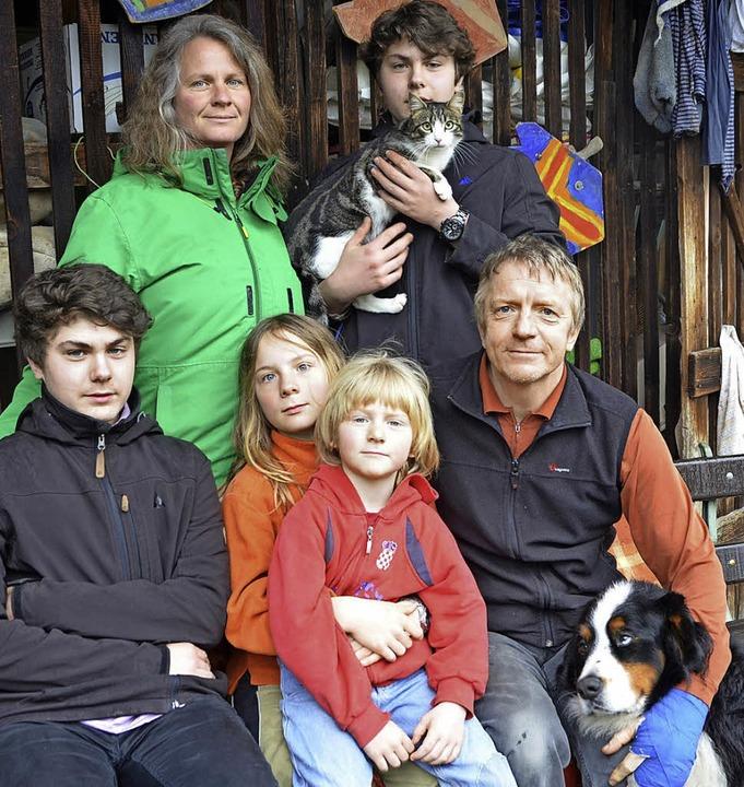 Versuchen, möglichst umweltgerecht zu ...agnus Wiedmann und Hund Tapsi sitzen.   | Foto: Sabine Ehrentreich