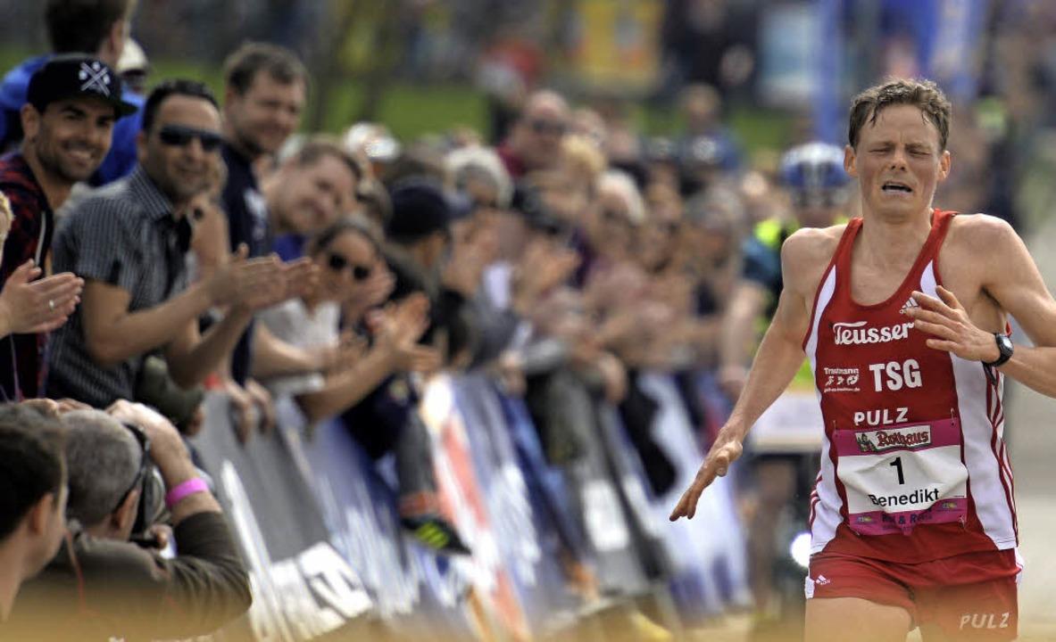 Augen zu beim Bad in der Menge: Benedi...n vor dem Ziel beim Freiburg-Marathon.  | Foto: patrick Seeger