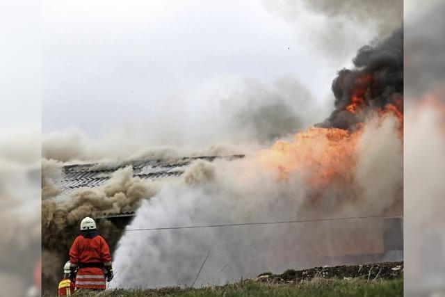 Stallgebäude in Flammen