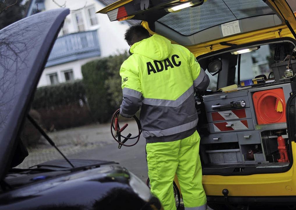 Autobatterien beschäftigen die  Pannenhelfer.   | Foto: dpa