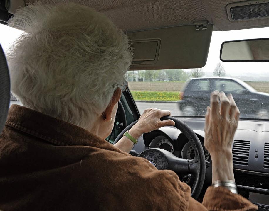 Kein Risiko eingehen: Bei einer schwer...n Senioren nicht mehr ans Steuer.       | Foto: Felix Kästle (dpa)