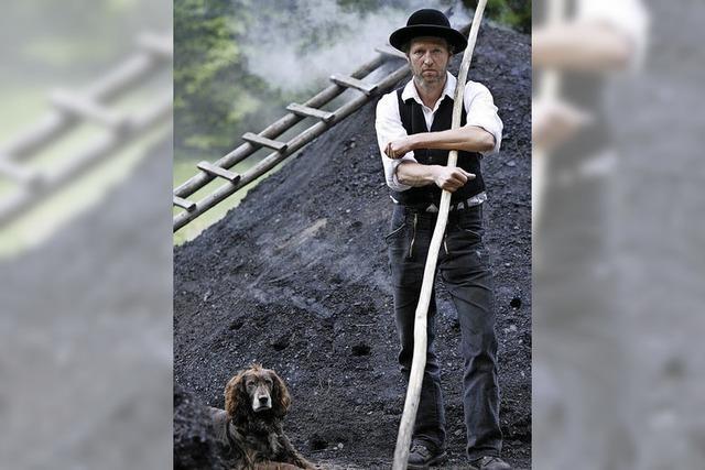 Thomas Faißt zeigt die Kunst des Kohlenbrennens im Schwarzwälder Freilichtmuseum Vogtsbauernhof