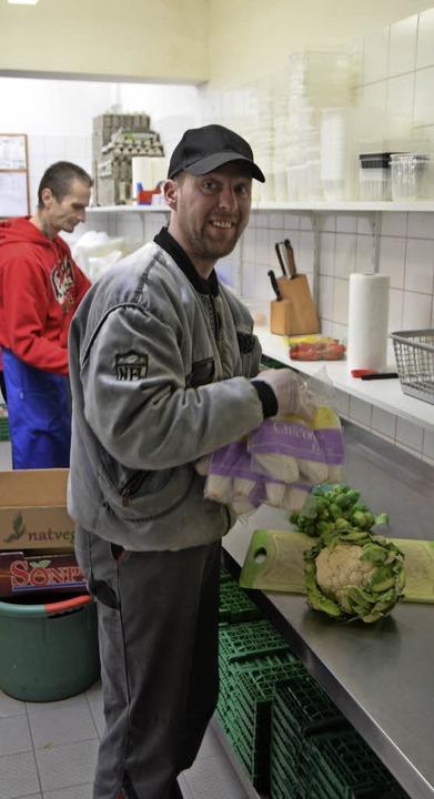 Im Tafelladen gibt es viel zu tun, um ...e Waren für die Kunden vorzubereiten.   | Foto: Gerhard Walser