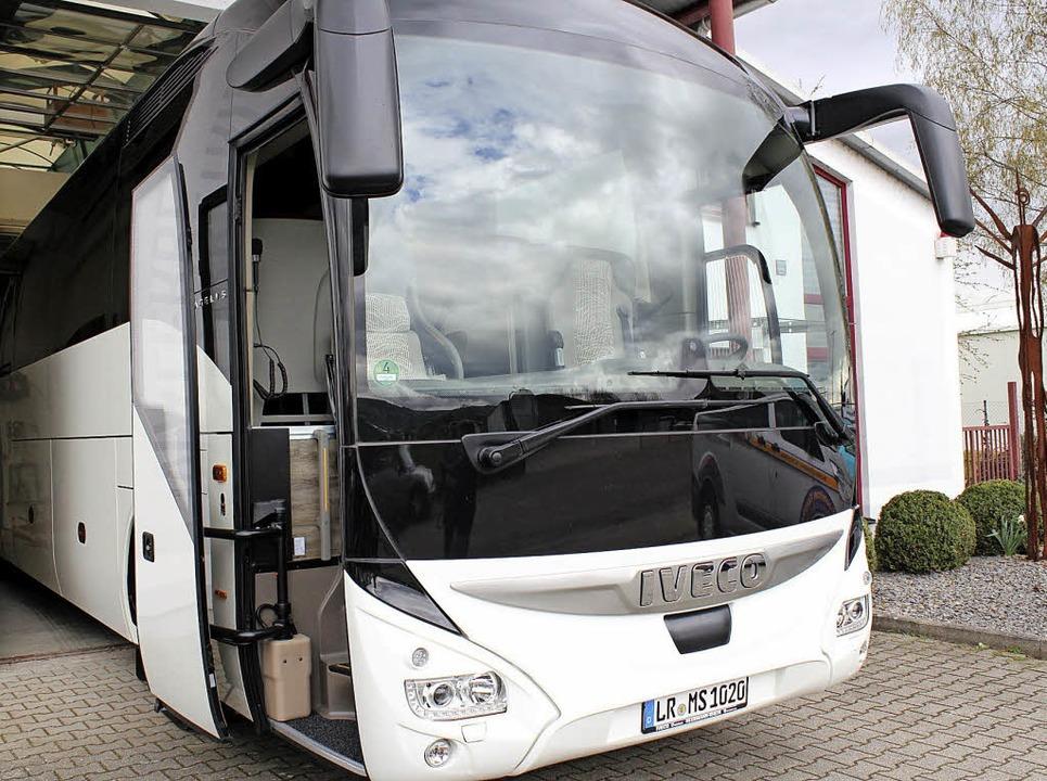 Noch steht der neue Luxusreisebus in d... Kunden zur Jungfernfahrt aufbrechen.     Foto: Karin Kaiser
