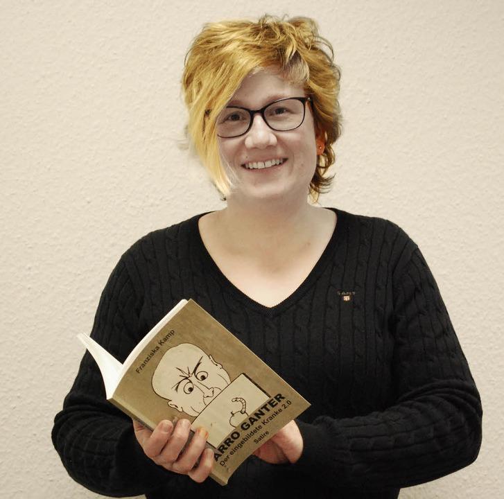 Franziska Kamp mit ihrem Buch, das die...Freiamt  auch selbst illustriert hat.     Foto: Sylvia-Karina Jahn