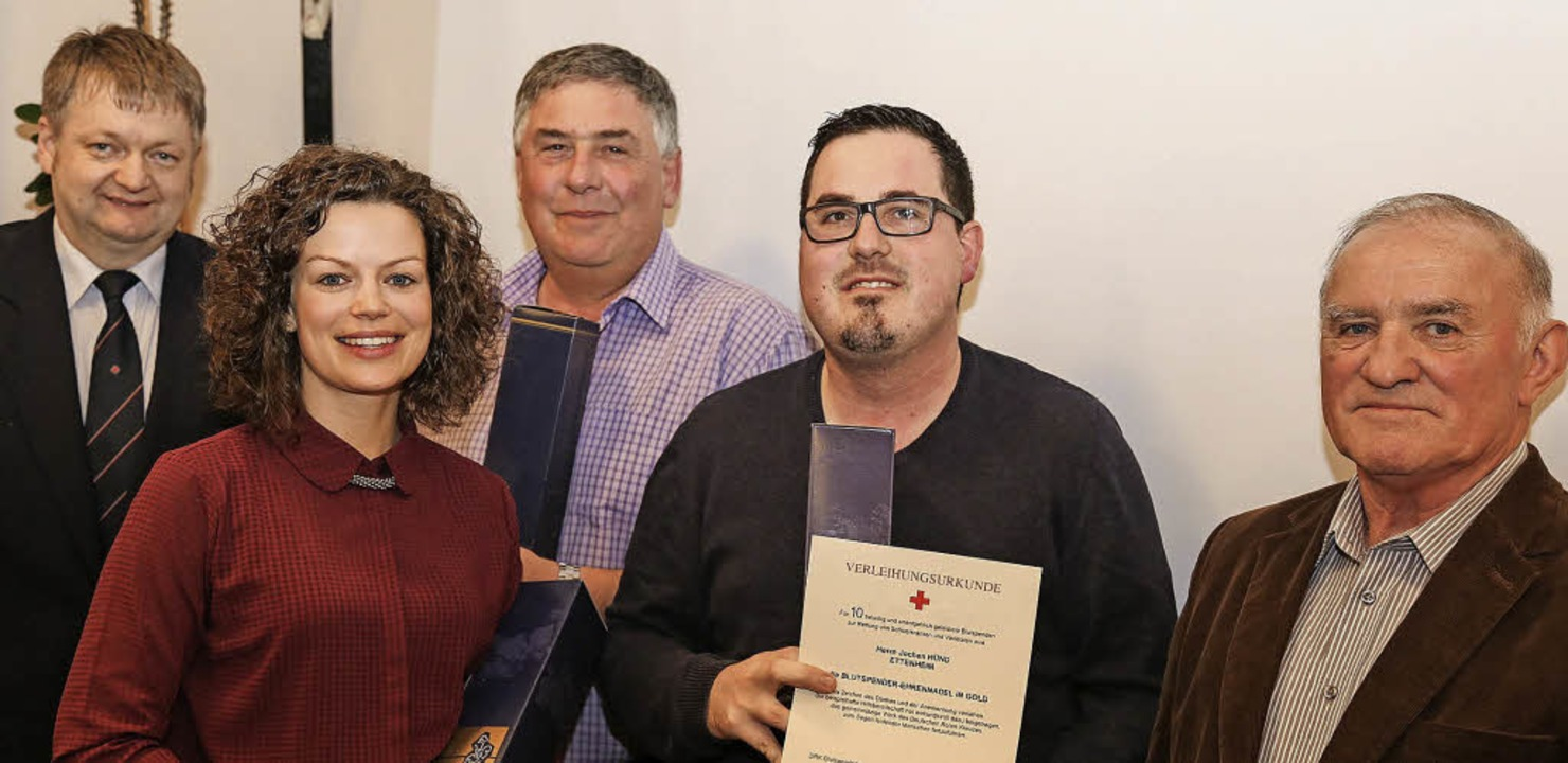 Dank an drei Wallburger Blutspender (v...und und  Ortsvorsteher Manfred Schöpf     Foto: Sandra Decoux-Kone