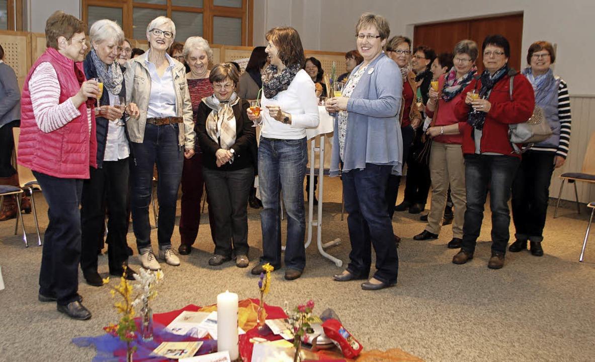 Informative, gesellige Runde: die Frau...inks) und Besucherinnen im Pfarrsaal.     Foto: Heidi Fössel