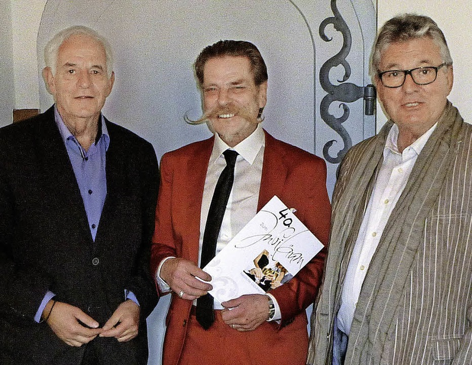 Manfred Graf (Mitte) erhielt von Minis... Peter Biechele (rechts) gratulierte.   | Foto: Privat