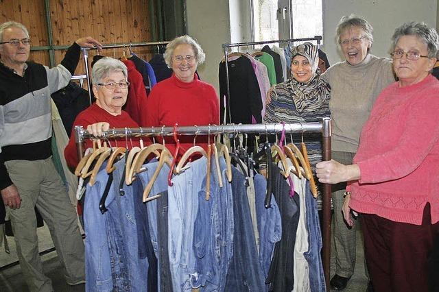 Helfen mit Hosen und Hemden