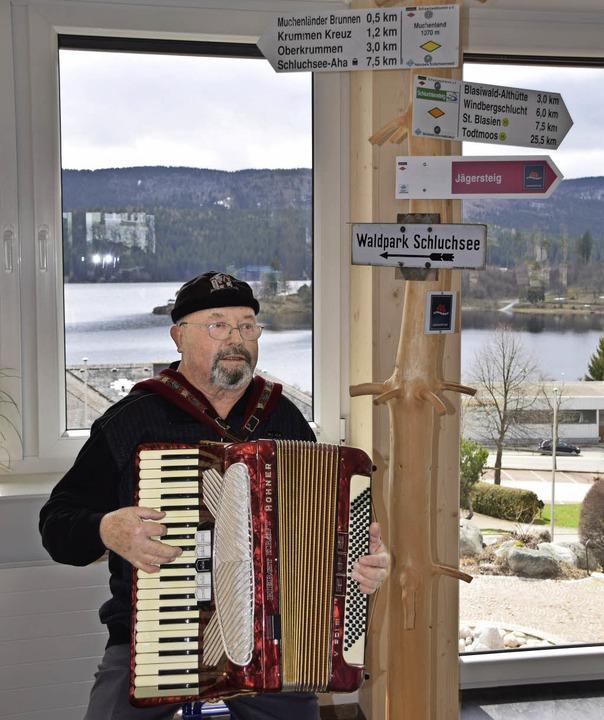 Manfred Eichhorn spielte zum Tag der o...teten Tourist Information Schluchsee.     Foto: Evamarie Kurfess