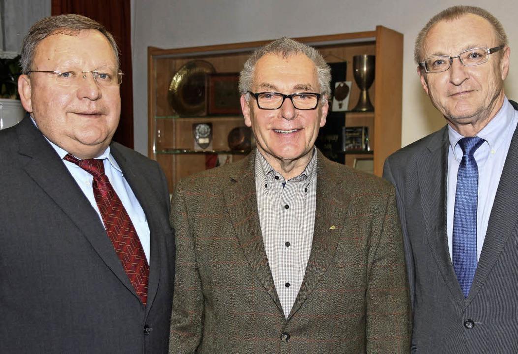 Clemens Laule (Mitte) erhielt die zwei...eschäftsführer Robert Newart (rechts).  | Foto: Eva Korinth