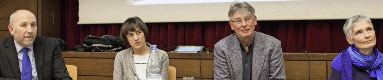 Pfarrer Heinz Vogel, Pfarrerin Therese...er diskutieren über Bestattungskultur.  | Foto: Photographer: Gabriele Zahn